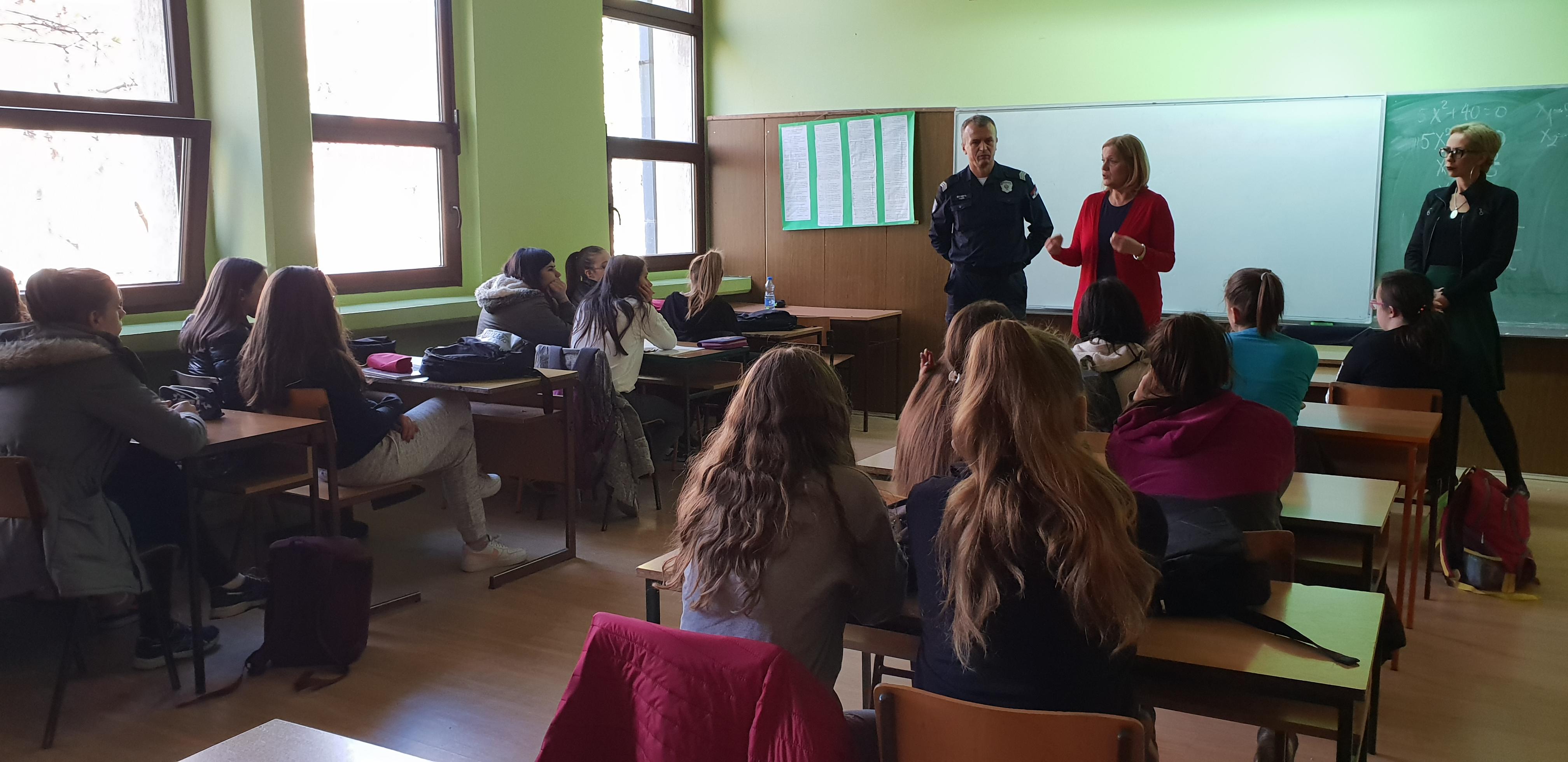 Čas-praktične-obuke-za-samoodbranu-u-Gimnaziji-u-Ruskom-Krsturu-2
